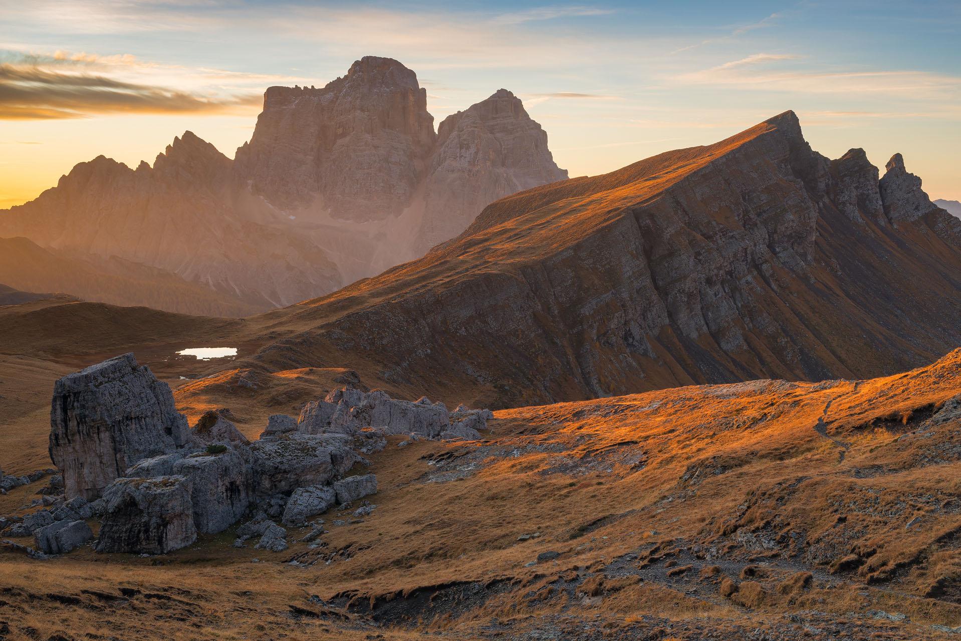 L'altopiano di Mondevàl, vallata alpina compresa nel gruppo dolomitico Croda da Lago (BL)